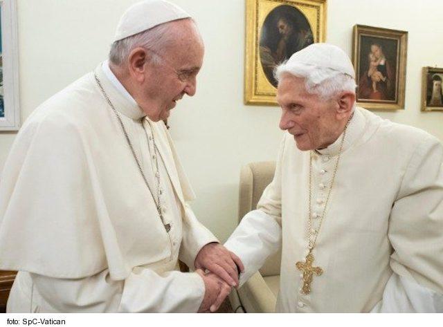 Pápež František i jeho predchodca sú zaočkovaní