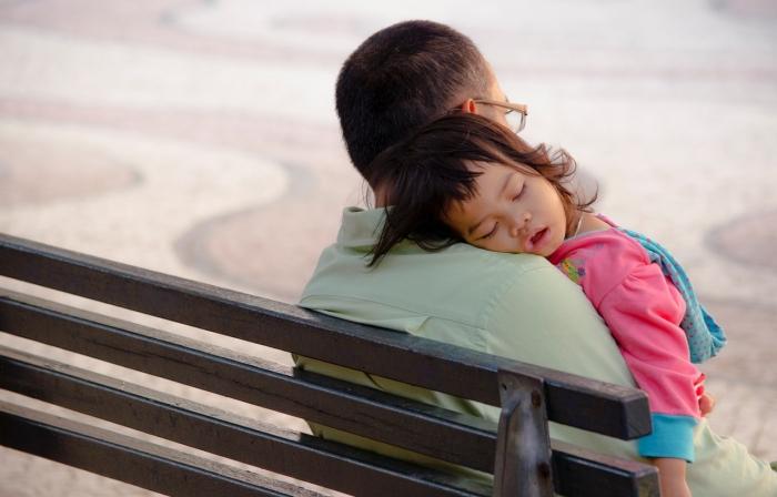Spoločenský komentár: Spoločnosťou prehliadaní vdovci s deťmi
