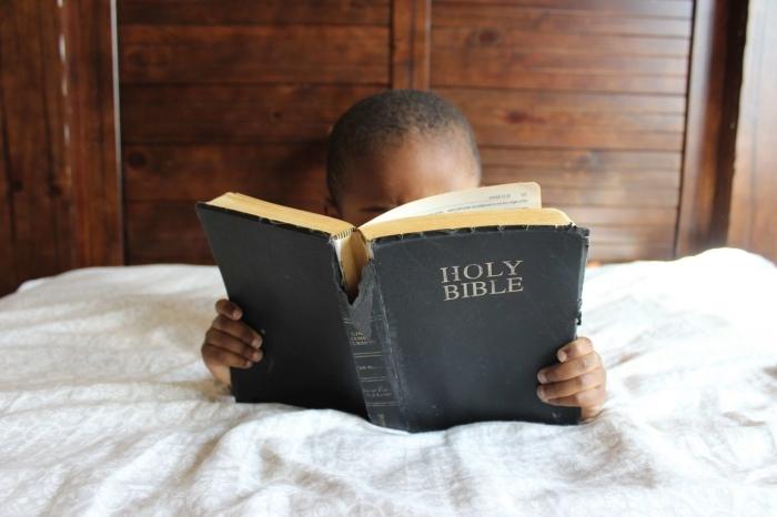 VÍKEND: Listovanie v Biblii a výchova dospievajúcich.