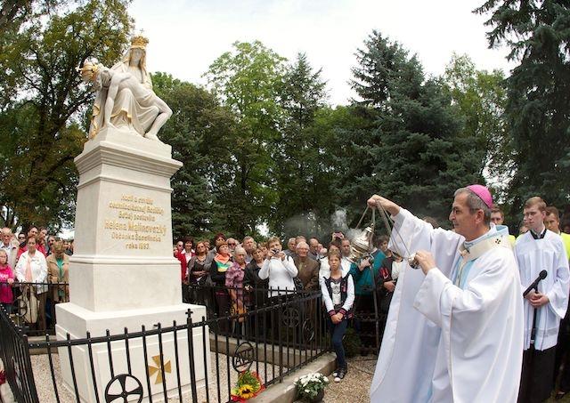 Sochu Piety v Šaštíne poškodil spadnutý strom