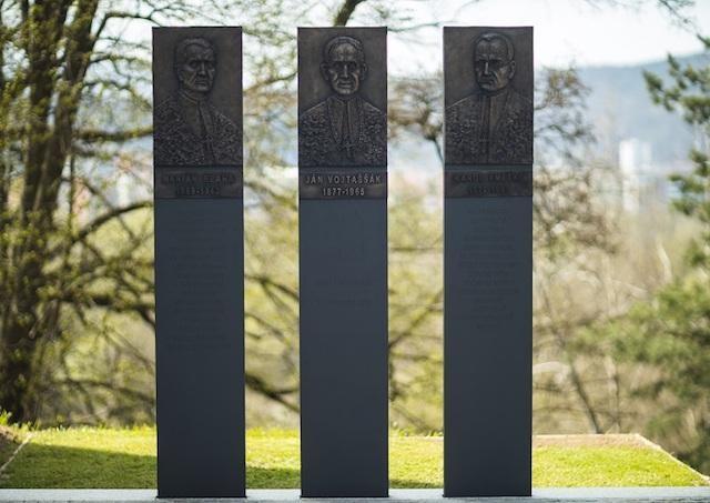 Pred priečelím Diecéznej svätyne svätého Andreja-Svorada a Beňadika v Skalke nad Váhom pribudol nový pamätník