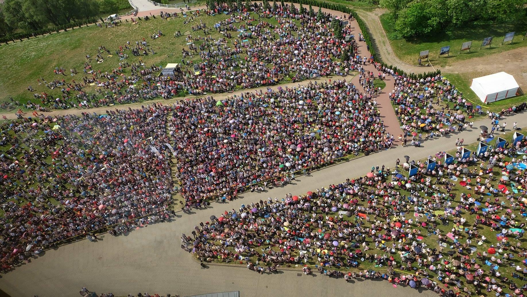 Tisíce pútnikov pred Sanktuáriom Božieho milosrdenstva