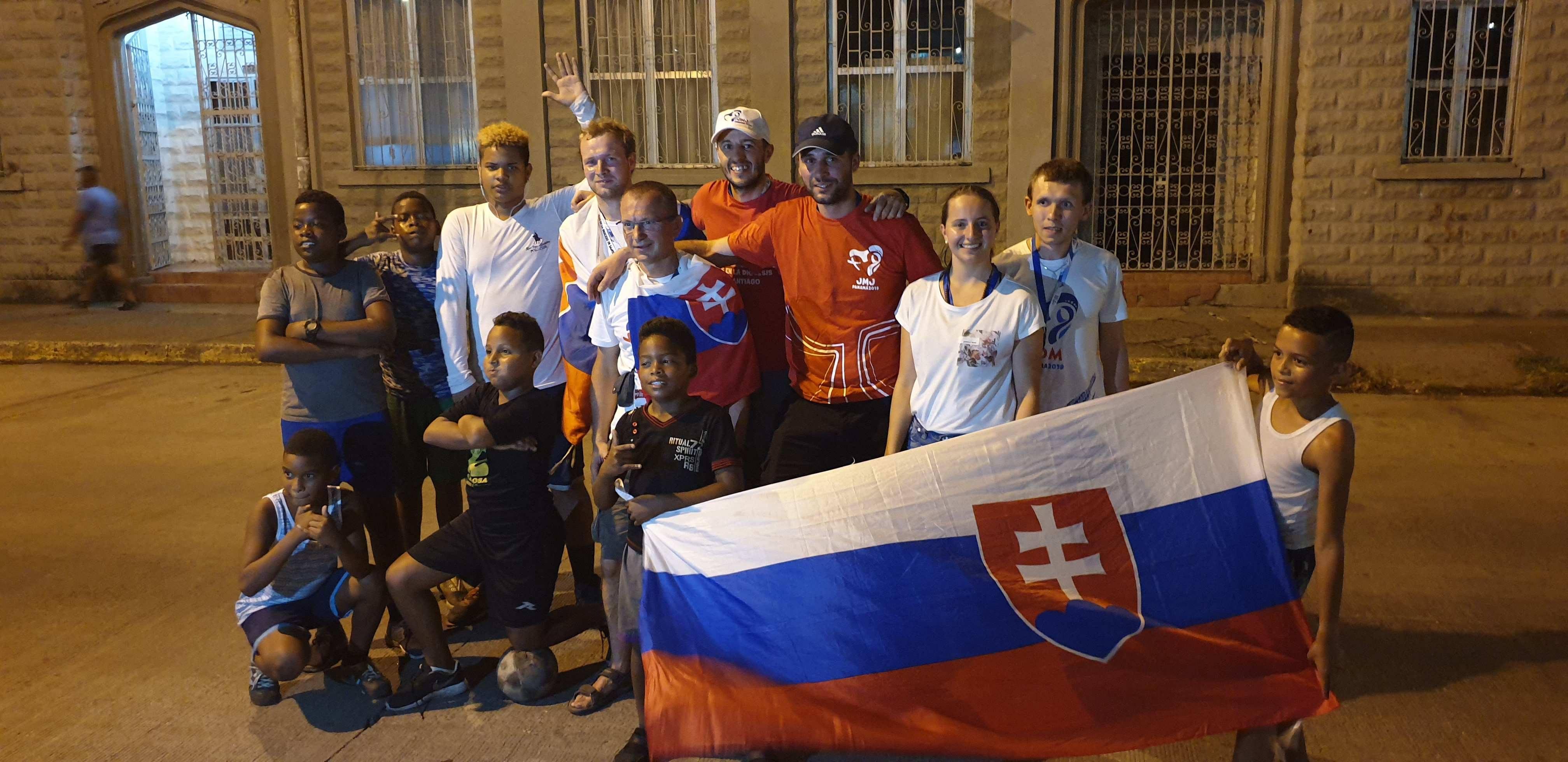 Záverečná fotografia po futbalovom zápase s panamskými chlapcami priamo na ulici