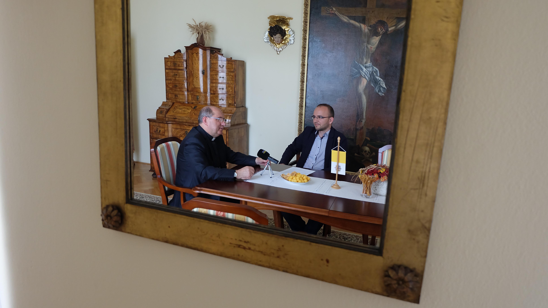 Rozhovor sa uskutočnil na arcibiskupskom úrade v Košiciach, na fotografii tiež redaktor Ivo Novák