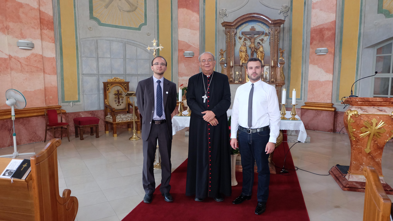 Vľavo redaktor Ivo Novák, vpravo programový riaditeľ Rádia LUMEN Martin Šajgalík s trnavský arcibiskupom v kaplnke na arcibiskupskom úrade.