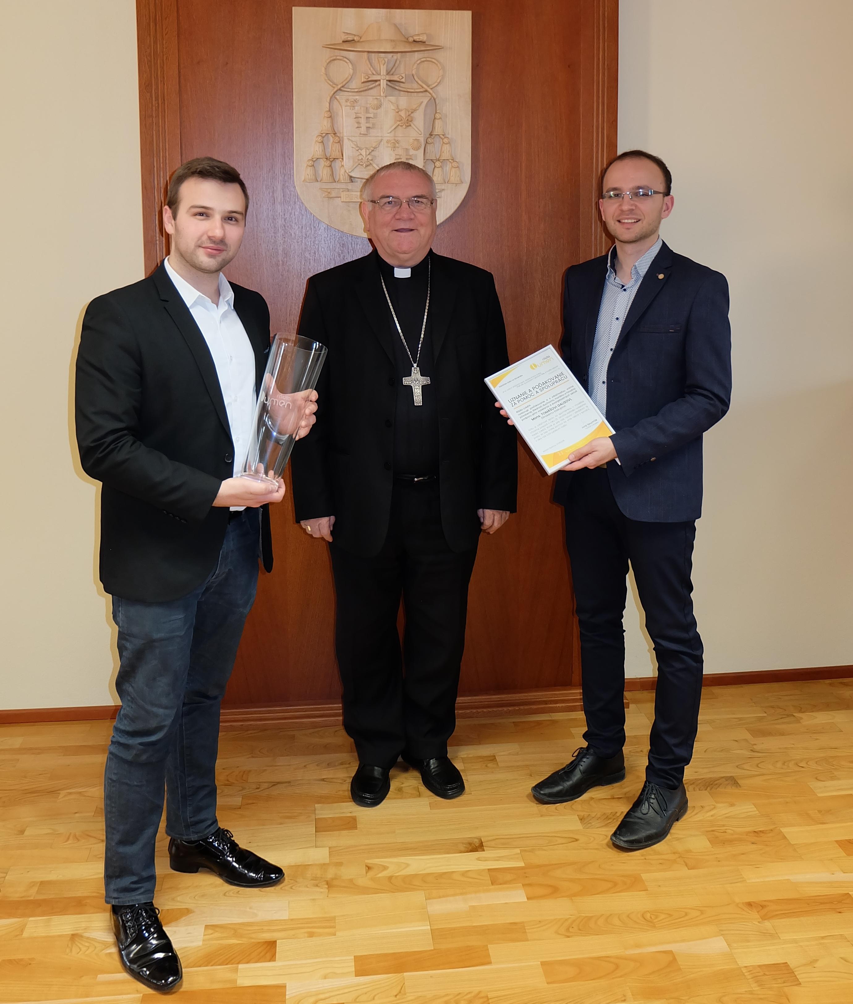 Odovzdanie vázy s logom Rádia LUMEN a ďakovného listu od generálneho riaditeľa o. Juraja Spuchľáka. Na fotografii Martin Šajgalík, editor programu (vľavo) a redaktor Ivo Novák (vpravo)