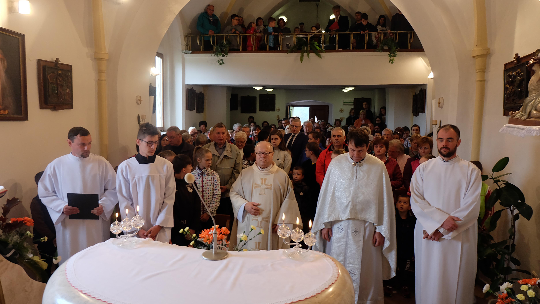 Lumentúra sa začala sv. omšou v kostolíku Povýšenia Sv. Kríža. Hlavným celebrantom bol tamojší farár Vincent Burda.