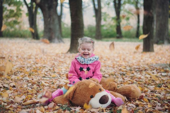 Jedna z fotografií talentovanej Denisy zachytáva dievčatko šantiace v lístí.
