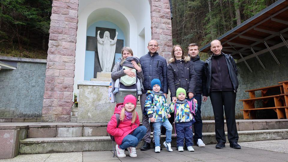 Počas duchovných cvičení navštívil otec biskup Staré Hory s redaktorom Ivom Novákom a programovým riaditeľom Martinom Šajgalíkom a ich rodinami.