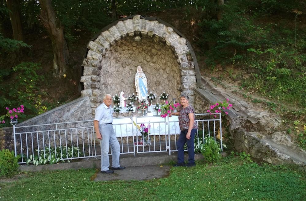 Manželia Jozef a Helena z Nitry sa počas pobytu v Brusne obohatili aj duchovne práve pri soche Panny Márie.