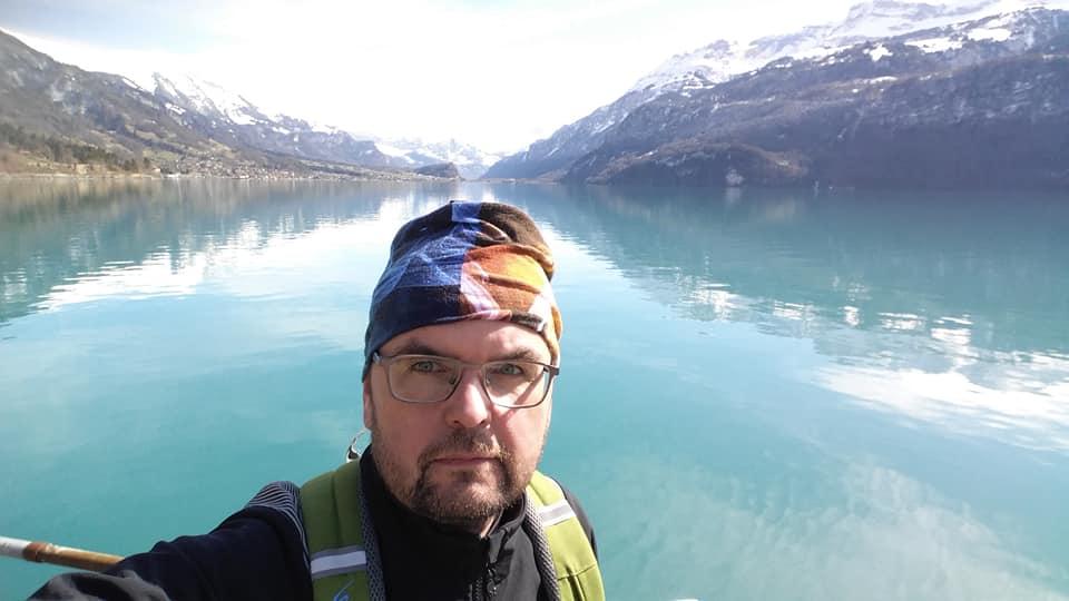 Nový člen v tíme Rádia LUMEN počas cyklistického výletu pri jazere neďaleko švajčiarskeho mesta Interlaken