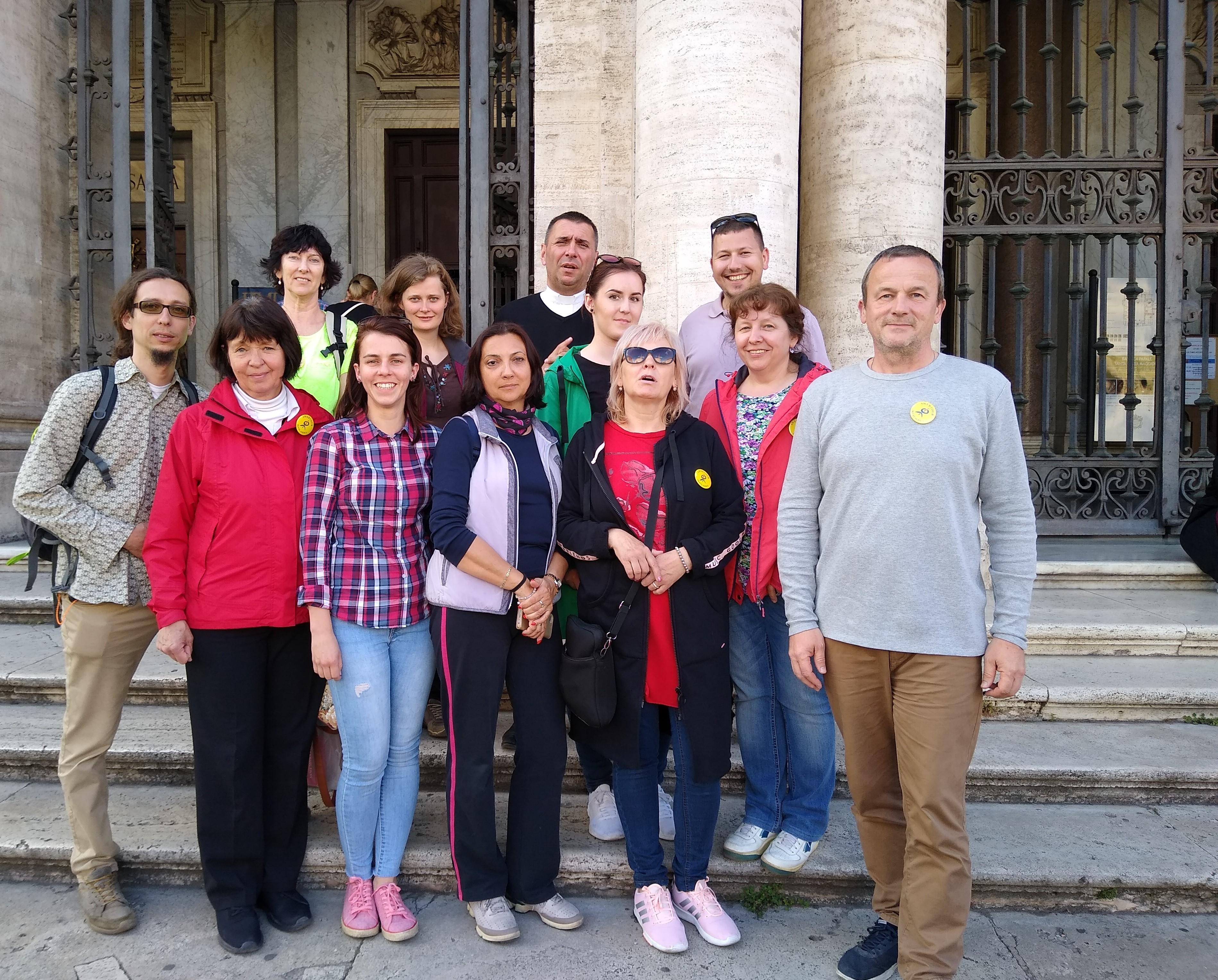 Výhercovia súťaže všetky cesty vedú do Ríma spolu so sprievodcom vdp. Ľudovítom Malým a redaktorom Andrejom Baldovským pred bazilikou Santa Maria Maggiore.
