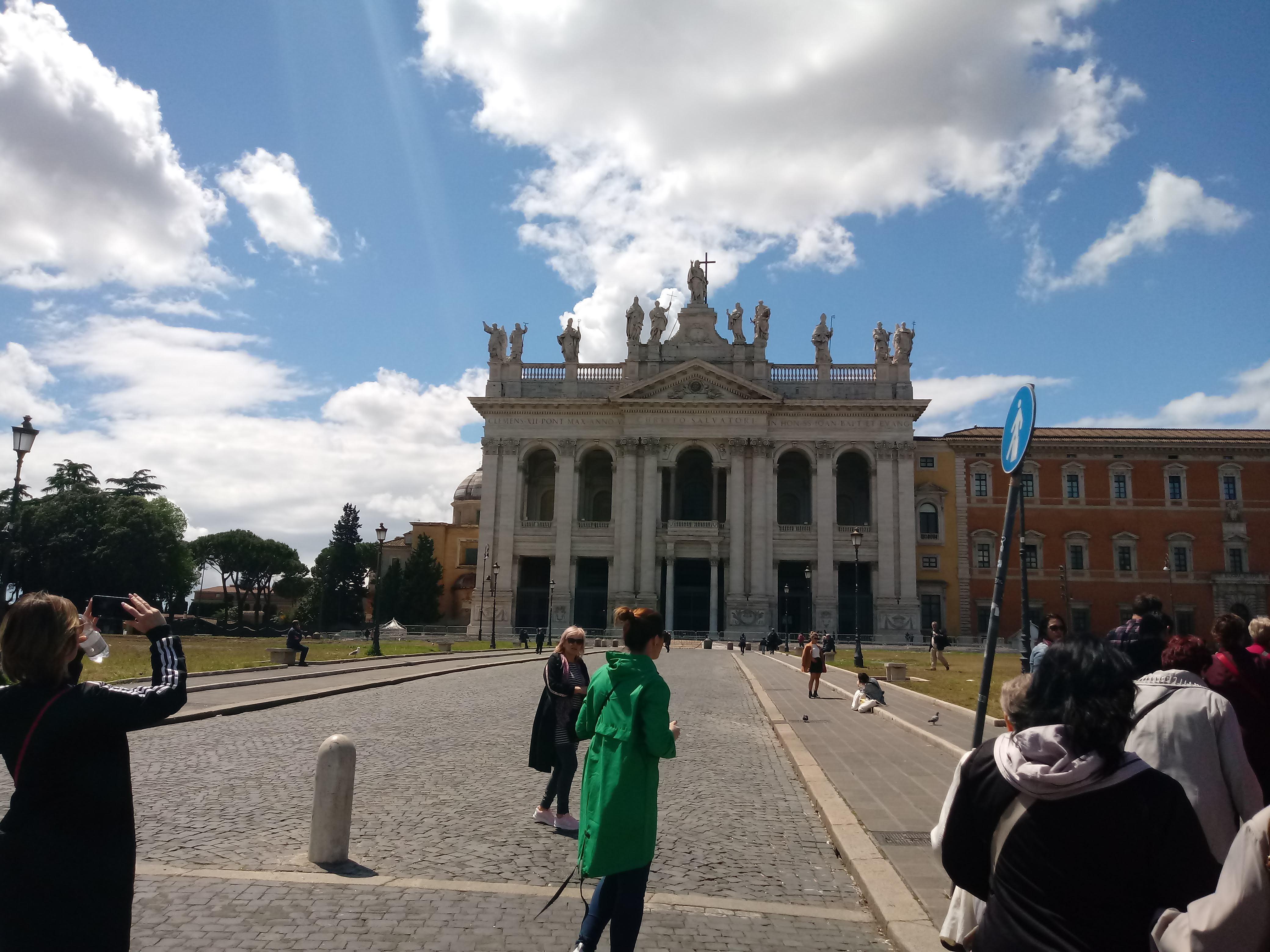Lateránska bazilika v Ríme, Matka a hlava všetkých kostolov mesta a sveta, pred ktorou kráčajú naši pútnici.