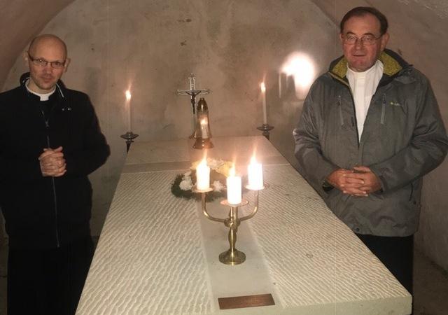 Biskupskú kryptu sprístupnil otcovi Jurajovi Spuchľákovi dp. Ján Vido - ekonóm trnavskej arcidiecézy.