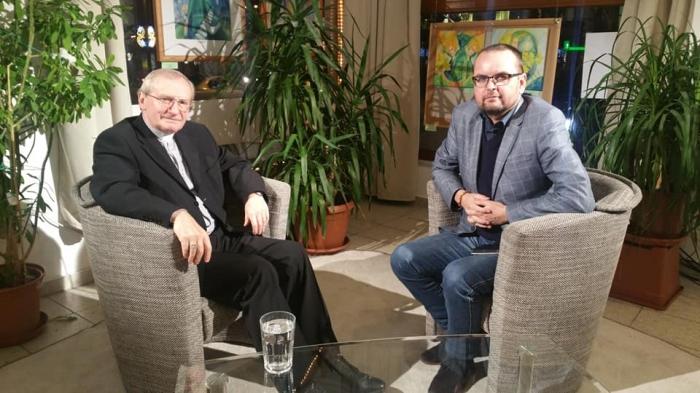 Radovan Pavlík (vpravo) počas rozhovoru s Mons. Františkom Rábekom v TV Lux
