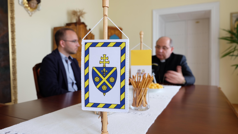 V popredí erb Košickej arcidiecézy