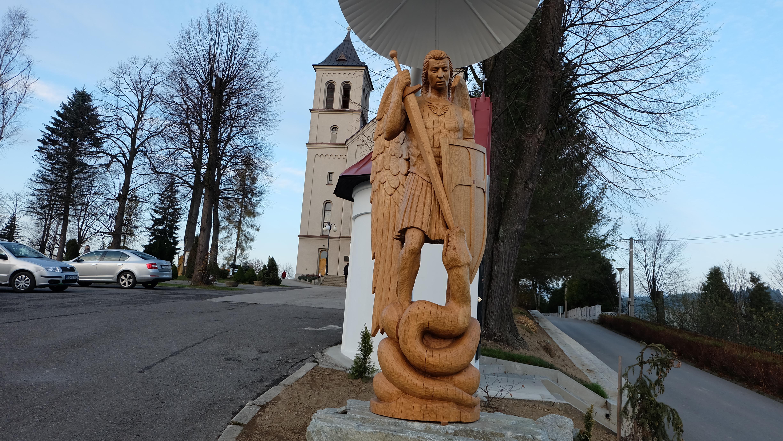 Pred kostolom Nanebovzatia Panny Márie sa nachádza aj socha sv. Michala archanjela