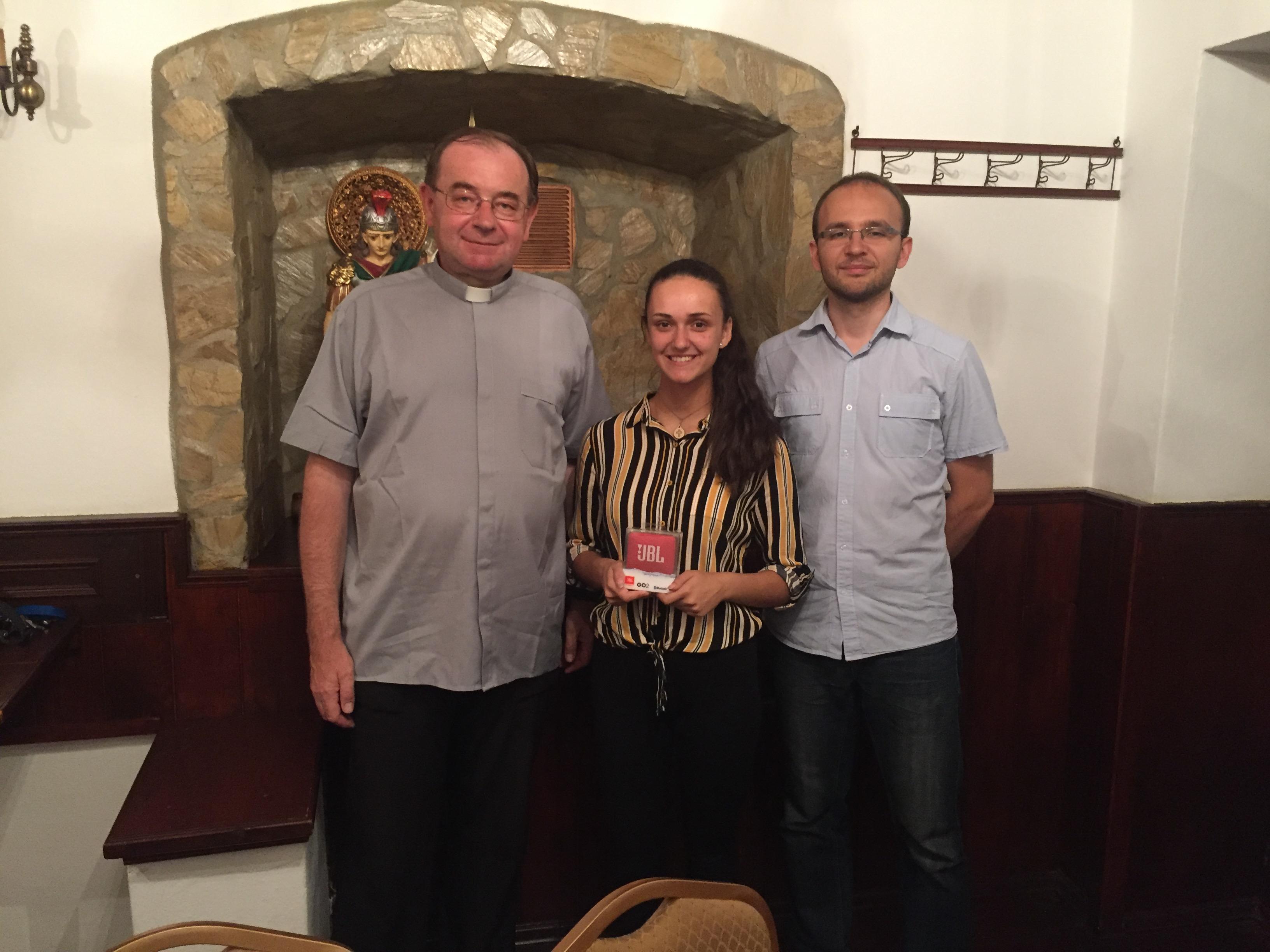 Okrem 2-dňovej stáže v Rádiu LUMEN získala Natália aj bluetooth reproduktor. Na fotografii vľavo otec Juraj Spuchľák, generálny riaditeľ Rádia LUMEN a redaktor Ivo Novák (vpravo)
