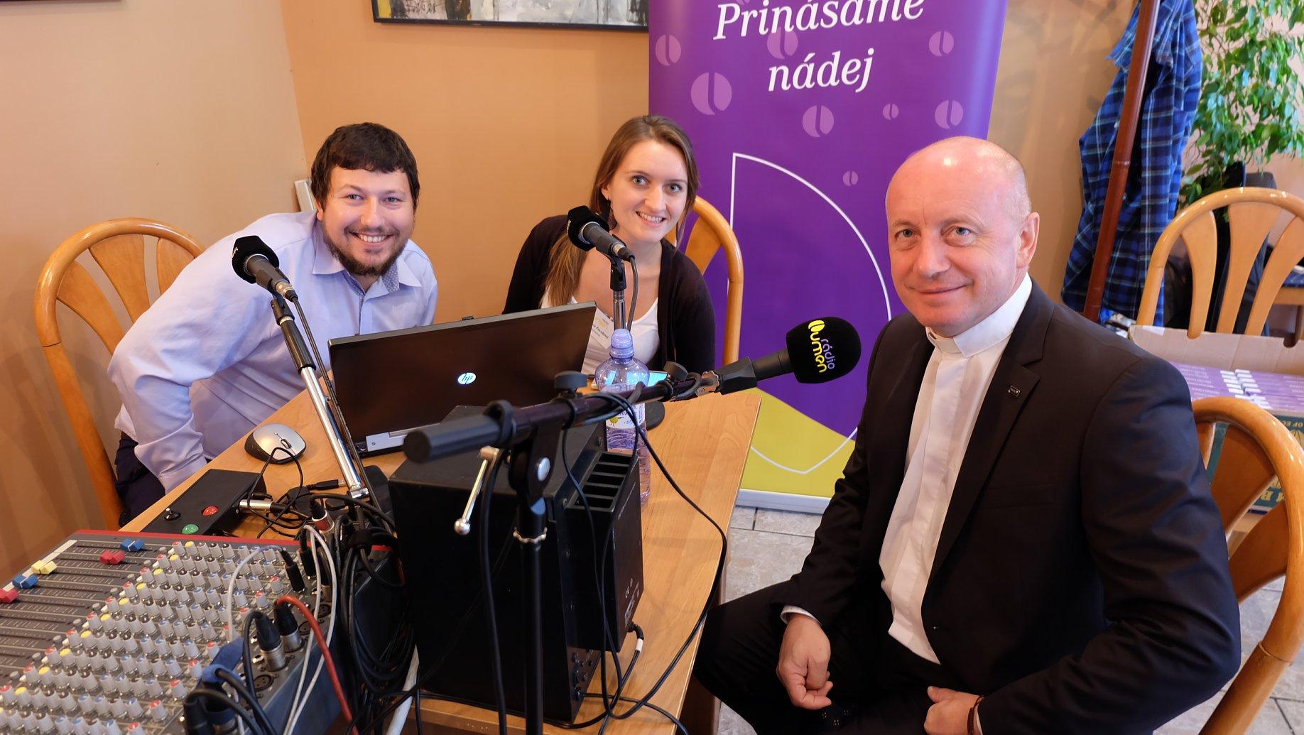 Kolegovia Andrej Baldovský a Juliana Pavúková sa počas blahorečenia rozprávali s o. Pavlom Hudákom, ktorý v roku 2018 prijal ponuku pomáhať ľuďom aj v duchovnej poradni Rádia LUMEN na Facebooku