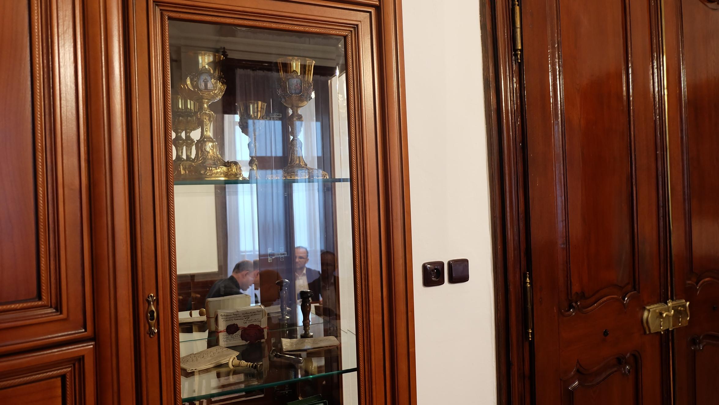 Rozhovor s otcom biskupom Chovancom v zrkadlení v miestnostiach biskupského úradu v Banskej Bystrici