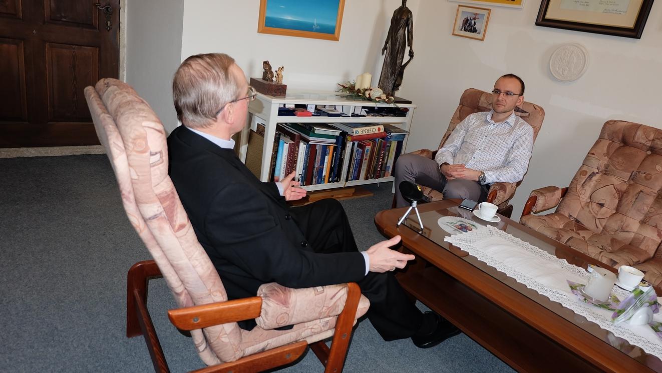 S biskupom Františkom Rábekom sa rozprával redaktor Ivo Novák